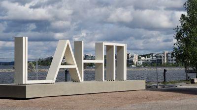 Lahti-kirjaimet Vesijärven edustalla.
