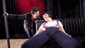 Sanna-Kaisa Palo ja Elena Leeve Q-teatterin näytelmässä Jotain toista.