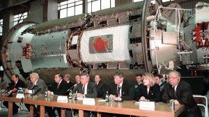 Den första delen av den internationella rymdstationen presenteras i Moskva.