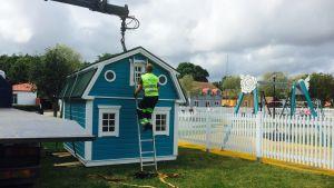Lekstuga lyfts på plats i ny lekpark i Lovisa.