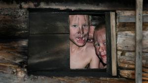 kasvoja savusaunan ikkunassa