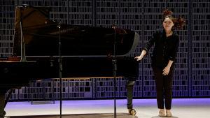 Eteläkorealainen Jiyoung Kim kiittää yleisöä Maj Lind -kisan alkuerässä.