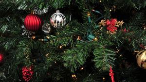 Joulukuusen koristeltuja oksia.