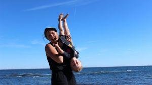 Linda Sundberg med sitt barn på stranden