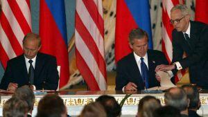 George W. Bush och Vladimir Putin signerar SORT-avtalet i maj 2002.