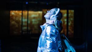 Pihla Penttisen näyttelemä teinityttö Lumi seisoo ulkona ja tuijottaa taivaalle.