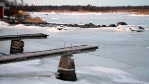 Lågt vatten i Svedjehamn i Björkö i Korsholm.