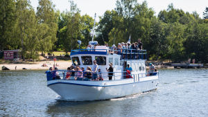 M/s Tiira åker förbi Strömsös strand