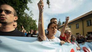 Motdemonstranter på prideparaden i Bialystok.