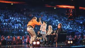 Stig ja SuomiLOVEssa yllätetty 8-vuotias Teresa heittävät yläfemmat.