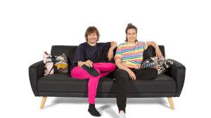 Teemu ja Salli istuvat sohvalla.