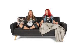 Santeri ja Katja istuvat ja huutavat sohvalla.