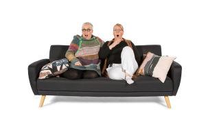 Eila ja Minna ilmeilevät sohvalla.