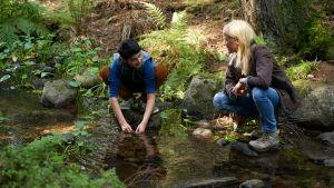Aran-Sina Keshvari ja Laura Birn Ensilumi-elokuvan kohtauksessa joen rannalla.