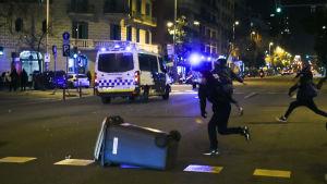Demonstranter kastar sten mot en polisbuss