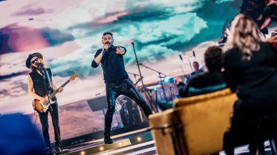 Lauri Tähkä esiintyy SuomiLOVEn lavalla.