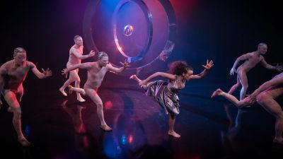 En grupp dansare gör en springande danskoreografi.