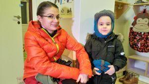 Jonna Kalja poikansa Tiituksen kanssa koltansaamen kielipesässä.