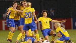 Svenska spelare firar segern mot Kanada i Portland sommaren 2003.