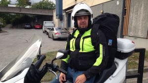 Husbybon Mika-Christian Mäenpää sitter på sin motorcykel.