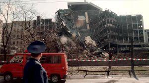 En rysk militär delegat på besök bevittnar inrikesministeriet byggnad i Belgrad som demolerats av en Natobomb 3 april 1999.