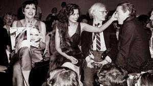 Liza Minnelli, Bianca Jagger, Andy Warhol ja Halston Studio 54 -yökerhossa. Arkistokuva dokumentista Studio 54.