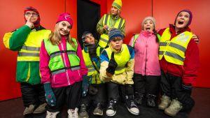 Barn och dagistant i Teaterboulages revy 2020, med skådespelarna Kajsa Sjöman, Tobias Reuter, Desireé Kavander, Sebastian Allen, Christoffer Rönnholm, Ida Petersson och Lisa Taulio.