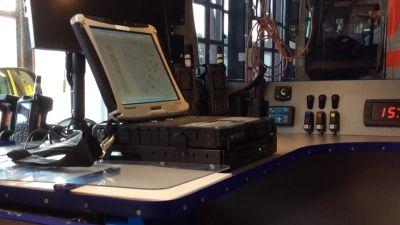 En dator och annan teknisk utrustning i en bil som ska leda ambulansarbetet.