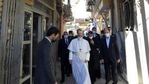 Här tar sig påven fram de sista stegen till al-Sistanis anspråkslösa hem.