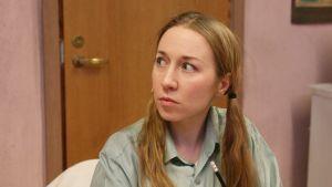 En ung kvinna i blonda hästsvansar.