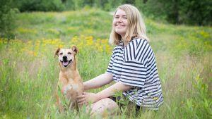 Stefanie Lindroos med hund.