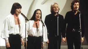 Eurovision laulukilpailujen kotimainen karsinta 1975. Agit Prop -kvartetti. Mona Kamu, Sinikka Sokka, Pekka Aarnio ja Martti Launis. musiikki, yhtyeet, populaarimusiikki