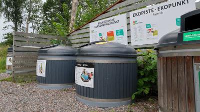 Bild av ekopunkt och blandavfallspunkt i Fagervik där tre containers för avfallsinsamling syns.