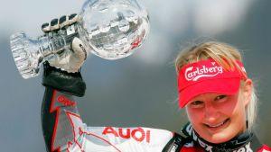 Tanja Poutiainen med kristallbollen 2005.