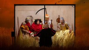 Kuvassa on viisi hahmoa: neljä lasiseinäisessä kopissa, yksi ulkopuolella. Kopin sisällä kuningattaret ja piispat ja muut vallakkaat tuijottavat ulkopuolella seisovaa Hamletia. Kaikilla on maski kasvoillaan.