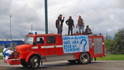 Demonstration mot flyktingar i Torneå.