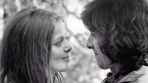 Nuori Terhi Panula ja Kirka seisovat vastakkain ja katsovat toisiaan rakastuneina