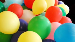 Eri värisiä ilmapalloja