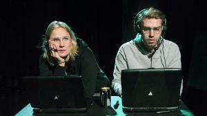 Laura Malmivaara och Jarkko Niemi i Kauheat lapset på Teatteri Takomo.