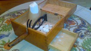 Sockerskrin med tång och bitar.