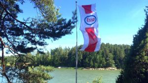 En Esso-flagga vajar i stången. Sommar i skårgården.