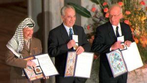 Jasser Arafat, Shimon Perez ja Jitzhak Rabin vastaanottavat Nobelin rauhanpalkinnon vuonna 1994