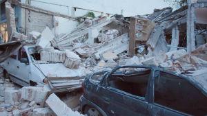 Bilar under rasmassor i staden Jojutla de Juarez, i delstaten Morelos. 19.9.2017