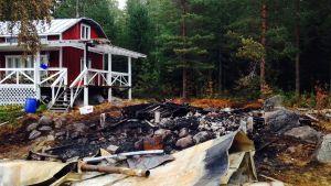 Bastun brann ner till grunden, men huvudbyggnaden kunde räddas.