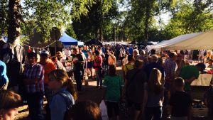 Folk i trängseln på Juthbacka marknad 2015