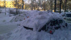 Bil begravd under snö