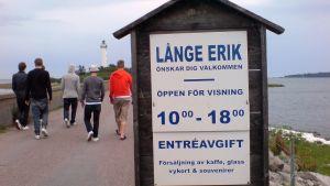 Pojat kävelevät majakkaa kohden Oolannissa, Ruotsissa
