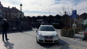 Poliser på plats i Simonis som ligger nära Molenbeek där terrormisstänkte Salah Abdeslam greps förra veckan.