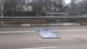 ETt trafikmärke ligger på en landsväg efter en storm.