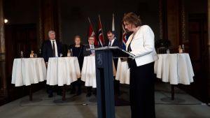 Sveriges miljöminister Isabella Lövin undertecknar klimatöverenskommelsen.
